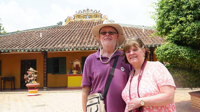 """Còn Richard cùng vợ đến từ Anh chia sẻ, cả hai đều rất hứng thú khi tham quan ngôi chùa. """"Đây là lần đầu tiên chúng tôi đến Việt Nam và cũng là lần đầu tiên đến một nơi đã có từ rất lâu như thế này. Người Việt rất tài giỏi khi đã xây dựng và giữ gìn nó cho đến bây giờ. Thật đáng ngưỡng mộ"""", Richard nói."""