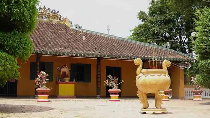 Nằm trên đường Lạc Long Quân, quận Tân Bình, chùa Giác Lâm được xây dựng từ số tiền quyên góp của cư sĩ Lý Thụy Long vào đời chúa Nguyễn Phúc Khoát.