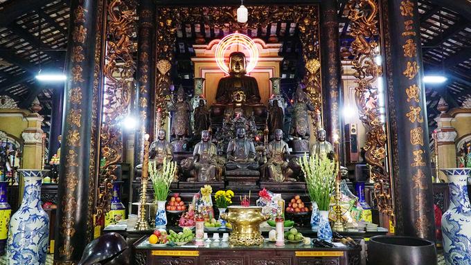 Chính điện được xây theo kiểu nhà dân gian truyền thống một gian hai chái, bốn cột chính hay còn gọi là tứ trụ. Bên trong điện khá rộng và sâu. Bên trong chùa có 98 cột chống đỡ, 113 pho tượng cổ là các tượng Quan Thế Âm, Thập Bát La Hán, Thập Điện Diêm Vương, Bồ Đề Đạt Ma và Long Vương.