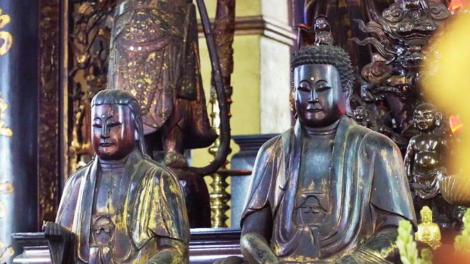 Hầu hết bức tượng được làm bằng gỗ, chỉ có 7 tượng đồng. Những cột chính trong điện đều được chạm khắc câu đối, thiếp vàng công phu.