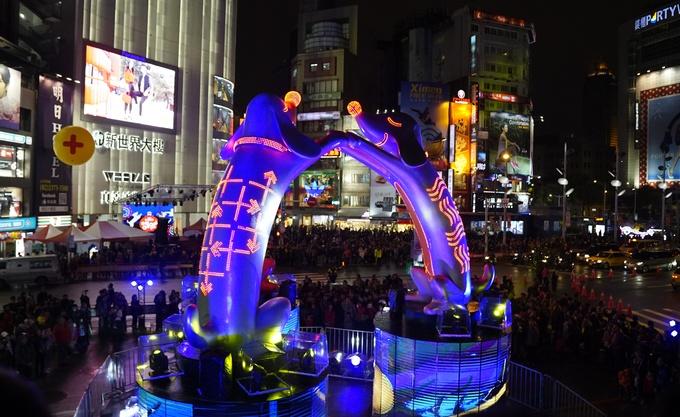Du xuân xứ Đài sau Tết Nguyên đán, bạn sẽ có cơ hội chiêm ngưỡng những chiếc đèn lồng công phu trong những lễ hội được tổ chức nhiều nơi ở Đài Bắc. Chương trình bắt đầu từ ngày 12/2, với biểu tượng là 3 chú chó cao khoảng 10 m nắm tay nhau tạo thành hình tròn được dựng ngay trung tâm khu mua sắm nổi tiếng nhất Đài Loan Ximending (Tây Môn Đinh).