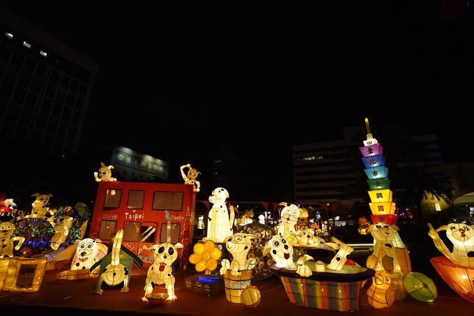 Tòa tháp Taipei 101 - biểu tượng của Đài Bắc thu nhỏ bằng chiếc đèn lồng cao nhiều sắc màu.
