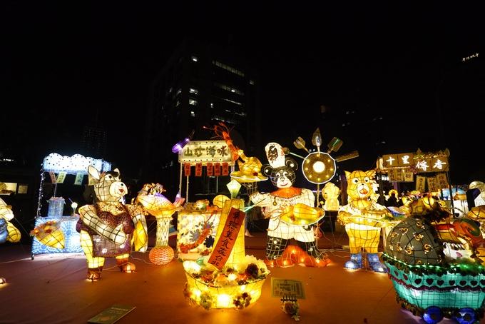 """Đèn lồng tái hiện lại một khu chợ đêm - """"đặc sản"""" của Đài Bắc với nhiều xe đẩy bán đồ ăn, """"đầu bếp chuột"""" cùng món ăn vặt đường phố mực khổng lồ khá nổi tiếng ở Đài Loan."""