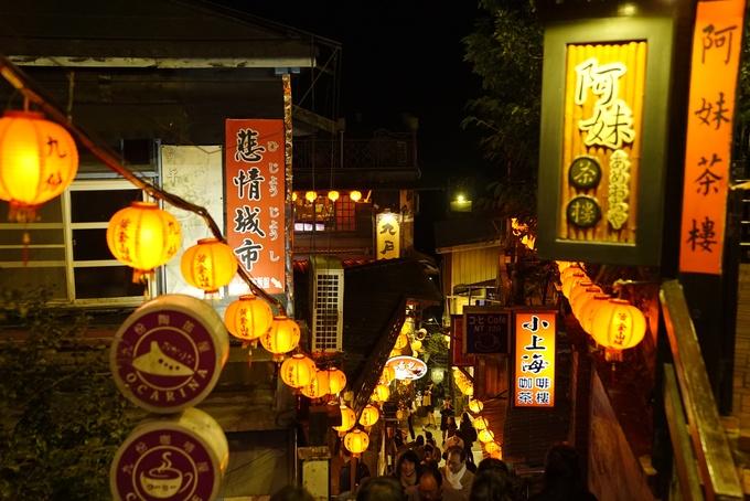 Ngoài ra, địa điểm du lịch Cửu Phần thu hút du khách bởi vẻ đẹp cổ kính, nên thơ lại càng trở nên lãng mạn hơn vào ban đêm, khi cả nghìn đèn lồng đỏ len lỏi khắp hẻm nhỏ, thắp sáng cả một triền núi.