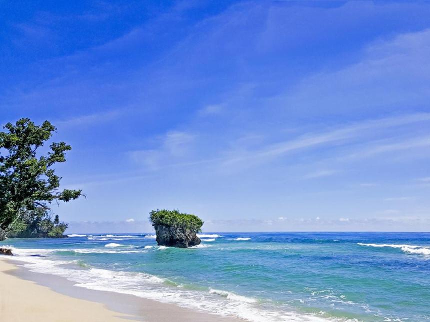 Morotai, Bắc Maluku: Nằm ở phía bắc Indonesia, Morotai rộng 1.800 km2 với những khu rừng tươi tốt các bãi biển cùng lịch sử hấp dẫn. Mặc dù không dễ dàng để tiếp cận hòn đảo, nhưng cảnh quan hoang dã, những câu chuyện về thời kì chiến tranh, cùng hoạt động lặn biển khám phá các vụ đắm tàu đã khiến nhiều người tò mò và mong muốn đặt chân đến Morotai. Ảnh: Escape. Xích đu trên biển lãng mạn như phim Đến quần đảo Gili của Indonesia, du khách sẽ có cơ hội ngồi trên những chiếc xích đu giữa biển đầy lãng mạn và ngắm hoàng hôn buông xuống. Bali