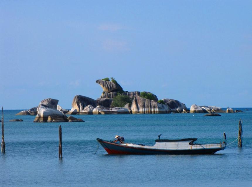 """Tanjung Kelayang, đảo Belitung: Dù không nổi tiếng như indonesia-tieu-diem.html"""" title=""""Tin tức Bali"""" class=""""topic location autolink"""">Bali, nhưng Belitung cũng có những bãi biển được đánh giá cao, trong đó có Tanjung Kelayang. Được bao quanh bởi hơn 100 hòn đảo nhỏ, Belitung chỉ cách Jakarta 45 phút bay nhưng trong nhiều năm qua, nơi đây là địa điểm ít được du khách biết tới, đặc biệt là du khách quốc tế. Ảnh: Visitbangkabelitung."""