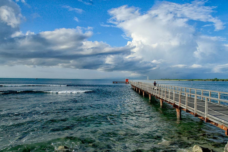 Tanjung Lesung, Banten, Java: Nằm trên bờ biển phía tây của hòn đảo Java đông dân nhất Indonesia, Tanjung Lesung là một khu nghỉ mát bãi biển được mô phỏng theo khu nghỉ mát Nusa Dua ở Bali. Khu nghỉ mát này rộng 1500 ha, nhìn ra hòn đảo núi lửa mới ở Anak Krakatau. Tại đây, du khách có thể tham gia các hoạt động như lặn biển, câu cá hay đi du thuyền. Bên cạnh đó, đến Tanjung Lesung, du khách còn có cơ hội khám phá vườn quốc gia Krakatau-Ujung Kulon, với những cánh rừng nhiệt đới là môi trường sống của các loài tê giác Java. Ảnh: Indonesia-tourism.