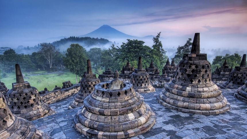 Borobudur, Trung Java: Borobudur là ngôi đền Phật giáo có niên đại từ thế kỷ thứ 9, đồng thời, là một trong những di tích Phật giáo lớn nhất thế giới, từng bị chôn vùi trong tro núi lửa và được phục dựng lại từ những năm 1970. Bên cạnh khu phức hợp đền, Borobodur còn được biết đến với cảnh quan tươi đẹp cùng nhiều đỉnh núi lửa. Ảnh: Mediahindu.