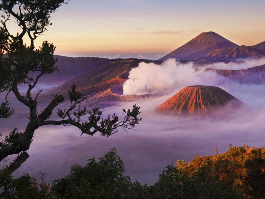 Vườn quốc gia Bromo Tengger Semeru, Đông Java: Với cảnh quan thiên nhiên hấp dẫn, vườn quốc gia Bromo Tengger Semeru giống như một sân chơi phiêu lưu rộng 800 km2. Nơi đây nổi bật với những đỉnh núi lửa như Mt Semeru, ngọn núi cao nhất Java hay Bromo, một trong những địa điểm được chụp ảnh nhiều nhất ở Indonesia. Bên cạnh đó, du khách đến vườn quốc gia còn có thể vượt qua biển cát trong một ngọn núi lửa cổ đại, ngắm cảnh thác và hồ nước sương mù hay khám phá văn hóa Tenggerese độc đáo. Ảnh: Easyvoyage.