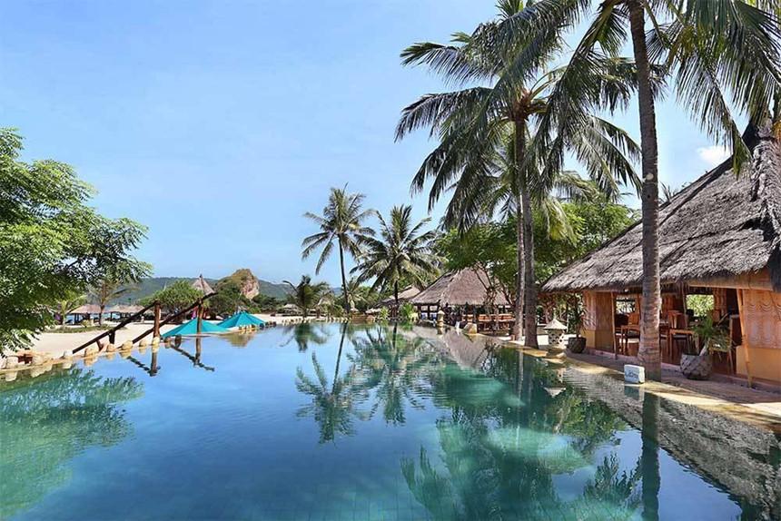 Mandalika, Lombok, Tây Nusa Tenggara: Lombok từ lâu đã được giới thiệu như một điểm đến thay thế cho Bali. Đặc biệt, hiện nay, dự án Mandalika phát triển 1035 ha trên bờ biển phía Nam của Lombok đang được xây dựng và đi vào hoạt động với 7,5 km bãi biển đẹp cùng hơn 10.000 phòng khách sạn, công viên giải trí, đường đua, công viên nước, sân golf và bến du thuyền. Với kế hoạch này, Lombok được kỳ vọng sẽ thu hút khoảng 20 triệu khách du lịch vào năm 2019. Ảnh: TravelOnline.