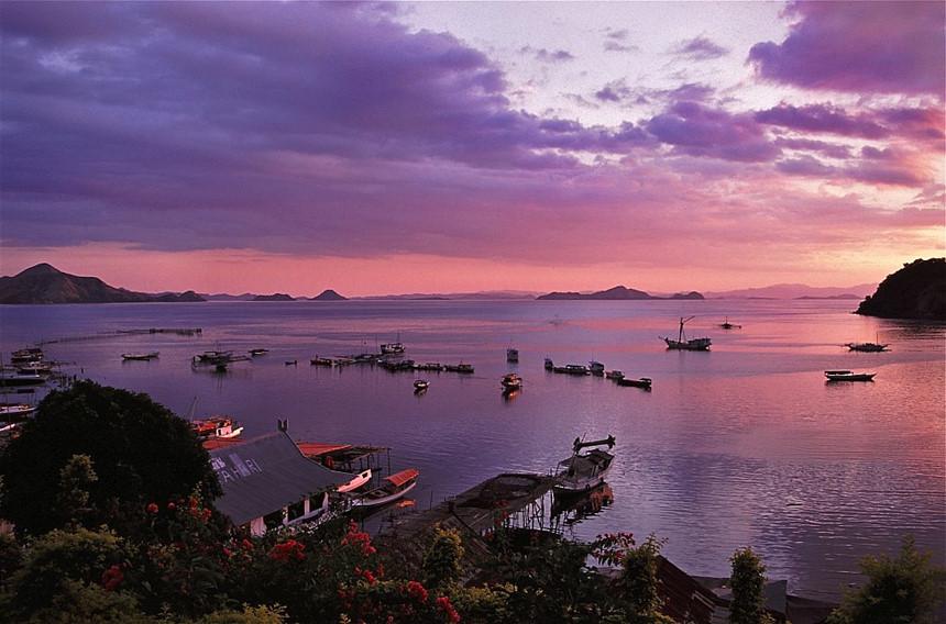 """Labuan Bajo, Flores, Đông Nusa Tenggara: Labuan Bajo được mô tả là """"viên ngọc du lịch sáng nhất"""" của miền Đông Indonesia. Hiện nay, thị trấn đánh cá Labuan Bajo là điểm đến thu hút nhiều du khách. Bên cạnh đó, từ Labuan Bajo, du khách có thể ghé đến các hòn đảo lân cận, quan sát cá mập hay rồng Komodo nổi tiếng. Ảnh: Jorge Lascar/Flickr."""