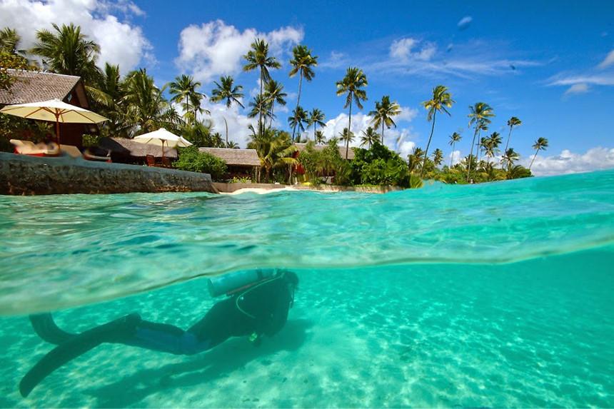 Vườn quốc gia biển Wakatobi, Đông Nam Sulawesi: Wakatobi là điểm đến mơ ước của các thợ lặn với hơn 750 loài san hô và 942 loài cá. Vườn quốc gia biển này rộng 1,4 triệu ha, trong đó 900.000 ha là các rạn san hô nhiệt đới, đồng thời, nơi đây cũng là địa điểm sinh sống của 2 loài rùa đang bị đe dọạ là rùa biển xanh và đồi mồi. Ngoài ra, với những người không yêu thích bộ môn lặn, Wakatobi vẫn hấp dẫn với những bãi biển tuyệt đẹp, hang động hay những ngọn đồi nằm trên 4 hòn đảo. Ảnh: Enjoyaindonesiaholidays.