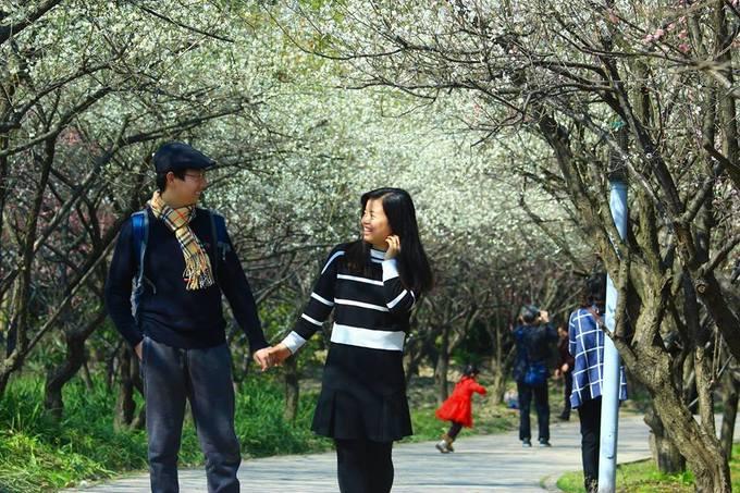 Thượng Hải được biết đến là trung tâm tài chính thương mại lớn nhất Trung Quốc, nhưng chưa bao giờ nổi tiếng bởi hoa. Tuy nhiên, với tôi vào mùa xuân Thượng Hải đúng là một thành phố hoa.  Từ tháng 2 đến tháng 3 hoa đào nở rộ. Cuối tháng 3 đầu tháng 4 là lúc hoa anh đào và mộc lan khoe sắc. Cuối tháng tư đến lượt hoa tulip rực rỡ sắc màu. Vậy nên, trong suốt cả mùa xuân, Thượng Hải là nơi để thưởng lãm hoa.
