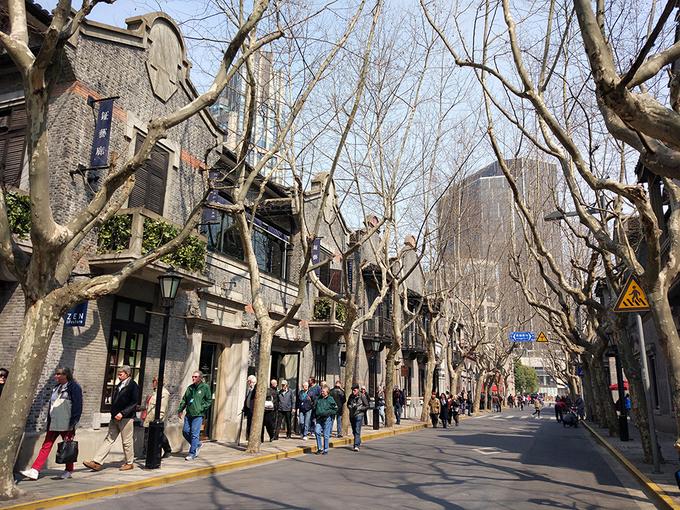 Thượng Hải mùa xuân ít mưa, trời thường nắng đẹp và không khí không quá lạnh. Giao thông ở Thượng Hải rất thuận tiện cho việc di chuyển.