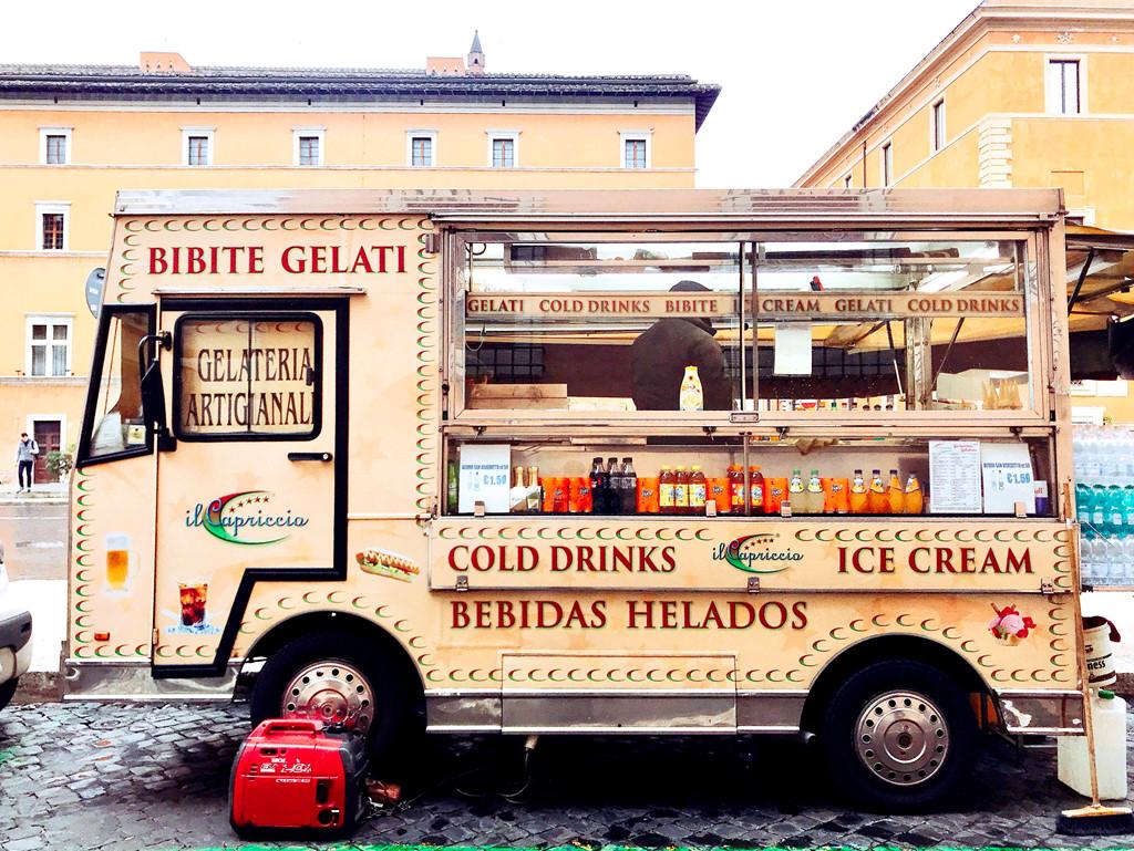 Một chiếc xe nhỏ bán kem và đồ uống.