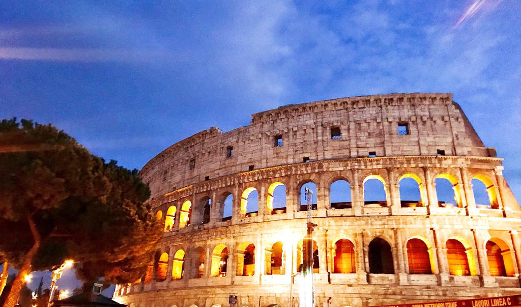Colosseum hay còn gọi là đấu trường La Mã, với niên đại 2000 năm tuổi. Nơi đây được coi là một trong những cái nôi của nền văn minh nhân loại: nền văn minh La Mã. Dù trải qua nắng mưa, chiến tranh, động đất nhưng Colosseum vẫn giữ được vẻ uy nghiêm, vững chãi và cổ kính. Nhắm mắt lại có cảm giác như mình đang được sống trong không gian của 2000 năm trước.