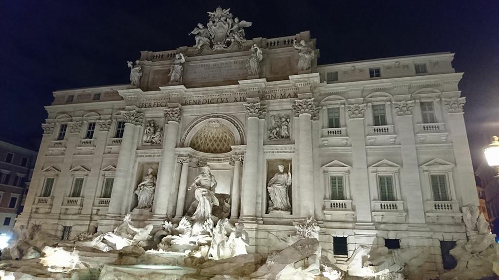 Chuyến du lịch tại Rome của bạn sẽ không thể trọn vẹn nếu không ghé qua đài ước nguyện nổi tiếng nhất thành Rome, nơi gắn liền với truyền thuyết: Nếu bạn muốn quay trở lại Rome hãy ném một đồng xu xuống đài phun nước Trevi. Giống như những người đã từng tới và phải lòng Rome, điều đáng tiếc nhất của mình là không có thêm nhiều thời gian hơn dành cho nơi đây. Bởi vậy điều mình nguyện ước lúc này, là mong sẽ có cơ hội được quay trở lại!