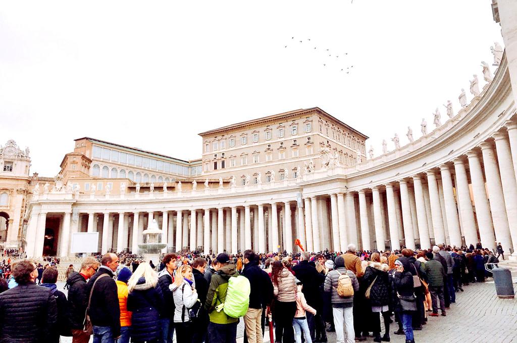 Hàng nghìn người xếp hàng dài để vào tham quan đại thánh đường Peter. Cùng hòa vào hàng người chờ đợi, dù phải xếp hàng khá lâu nhưng tâm trạng bọn mình rất thoải mái.