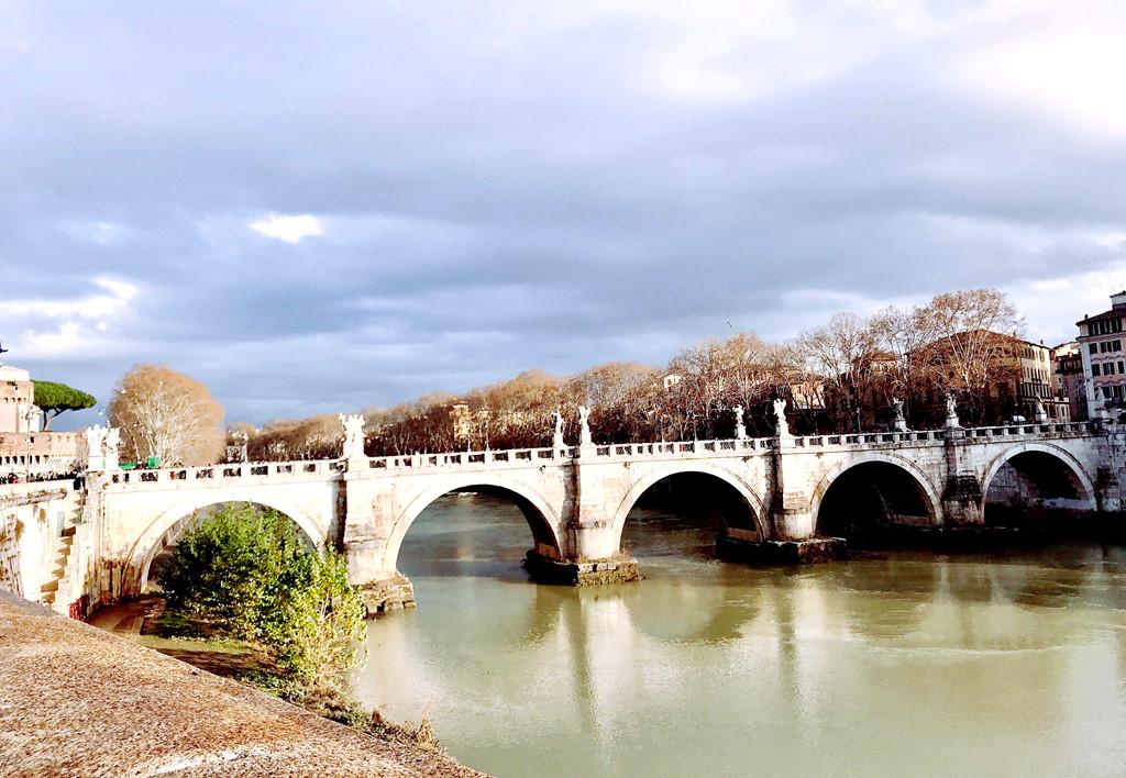 """Đây là cây cầu Ponte Sant'Angelo hay còn gọi là """"cầu Thiên Thần"""", bắc qua sông Tiber với năm vòm, ba trong số đó là theo phong cách La Mã."""