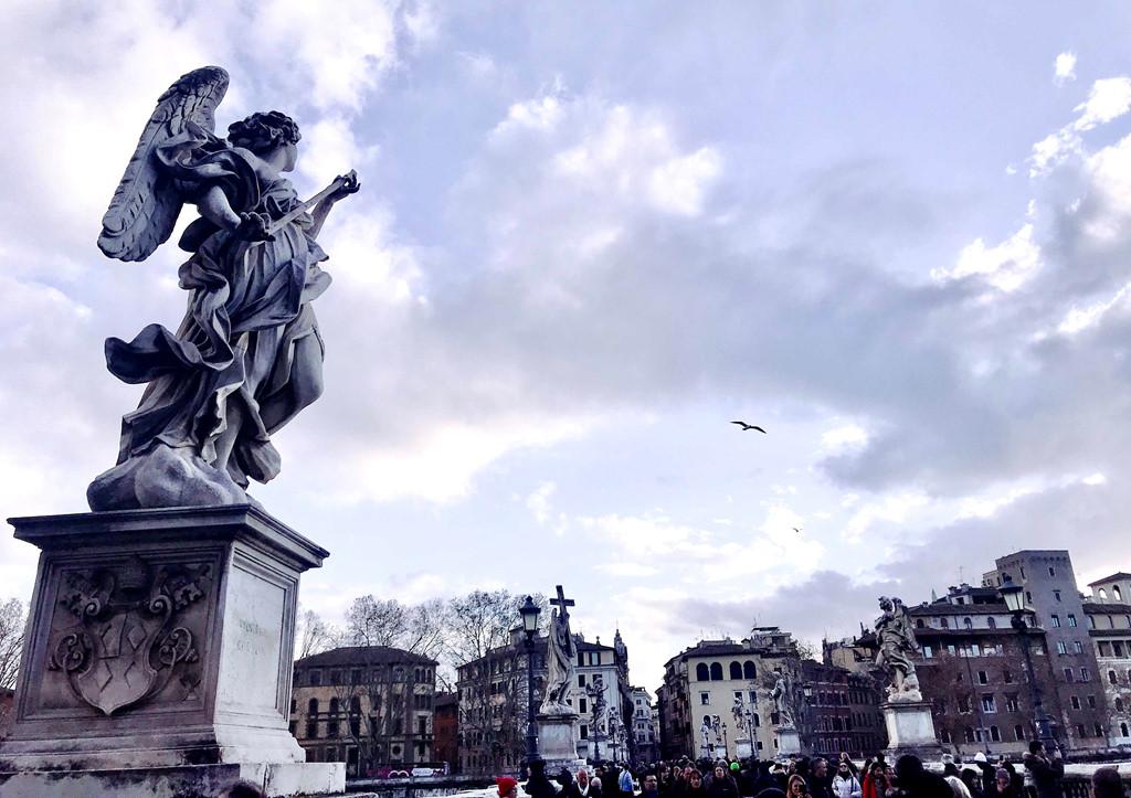 Hai hàng tượng thiên thần trên cầu. Mỗi thiên thần đều giữ một vật đại diện cho câu chuyện chúa Jesu bị đóng đinh trên thập tự giá.