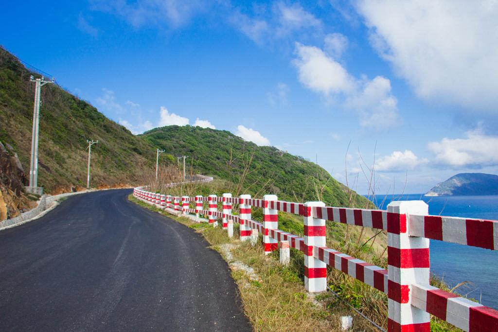 Những hàng rào bảo vệ sơn màu đỏ trắng là nét đặc trưng của Côn Đảo. Hiện con đường chạy quanh đảo đang được thi công, dự kiến hoàn thành trong vòng vài năm tới.