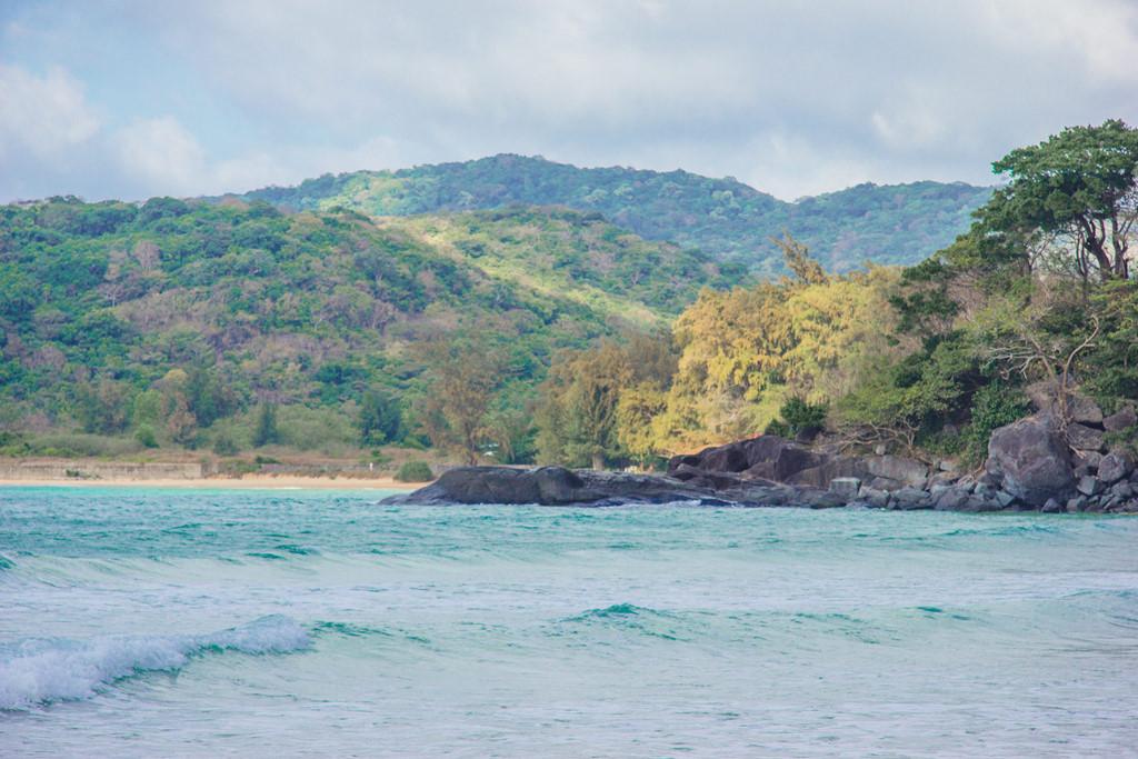 Bãi biển Đầm Trầu xanh ngắt nằm ngay cạnh sân bay Cỏ Ống, cách trung tâm thị trấn khoảng 15 km. Đây là nơi được rất nhiều du khách lựa chọn để tắm biển và thưởng thức hải sản.