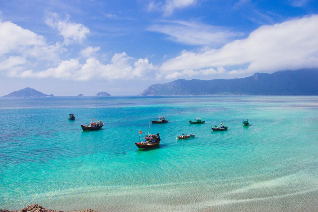 Toàn cảnh bãi Lò Vôi nhìn từ chân núi Con Voi. Ngày nước ròng, du khách có thể đi bộ ra đến tận nơi neo tàu.