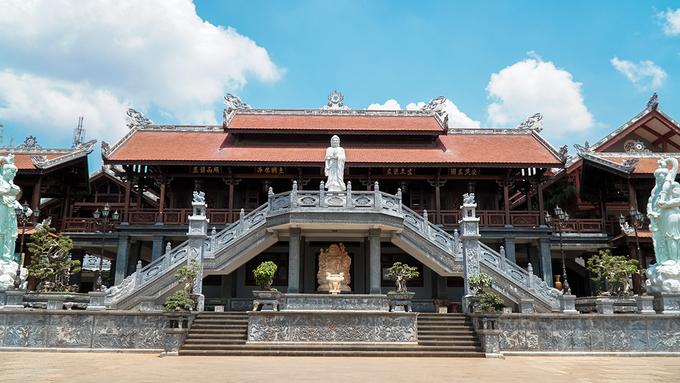 Chùa Khải Đoan nằm ở trung tâm thành phố Buôn Ma Thuột. Chùa được khởi công xây dựng vào năm 1951, theo lệnh của Đoan Huy Hoàng Thái hậu (vợ vua Khải Định). Khải Đoan cũng là ngôi chùa cuối cùng ở Việt Nam được phong Sắc tứ của chế độ phong kiến.