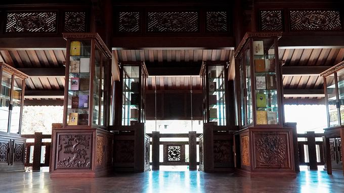 Trong khuôn viên chùa còn có một gian nhà đọc sách. Tại đây có hàng trăm quyển kinh Phật được bày trí. Khách vãn cảnh chùa hay các Phật tử quan tâm có thể ghé chân và đọc miễn phí.