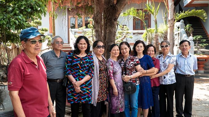 """Nhóm du khách đến từ thủ đô rất hân hoan khi thăm chùa dù bên ngoài trời nắng cao. Ông Thành (Hà Nội) nhận xét: """"Chùa có kiến trúc rất đẹp và cổ kính"""