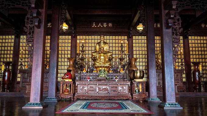 Đợt trung tu đã dỡ bỏ hoàn toàn kiến trúc cũ và chỉ giữ lại phần chánh điện, các tượng Phật và một số cột chèo. Chánh điện là công trình chính của chùa, nằm trên 320 mét vuông đất, được chia làm hai gian chính. Nửa phần trước mang dáng dấp nhà dài Tây Nguyên nhưng cấu trúc cột kèo theo kiểu nhà rường Huế, còn nửa sau được xây theo lối hiện đại. Chính giữa điện là tượng Phật Thích Ca bằng đồng cao 1,1 mét toạ trên đài sen bằng gỗ quý.