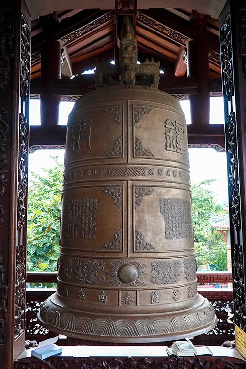 Chuông đồng lớn được đặt bên cánh hữu của chùa. Chuông cao 1,15 mét, chu vi đáy 2,7 mét, nặng 380 kg do các nghệ nhân phường đúc đồng ở phía Tây kinh thành Huế hoàn thành vào tháng 1/1954.