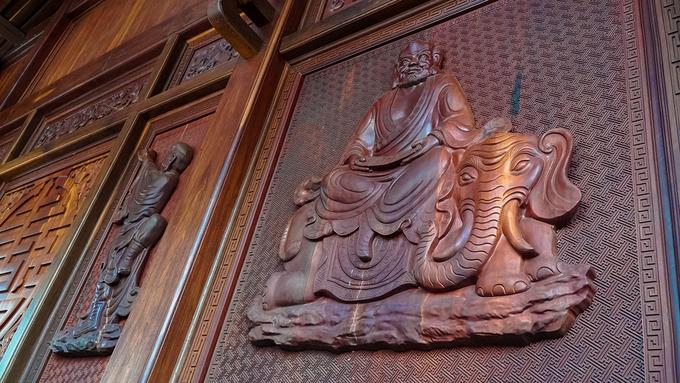 Đáng chú ý là các vách gỗ của chùa đều được chạm khắc hình hài những vị thần, các vị La Hán, Đức Phật.