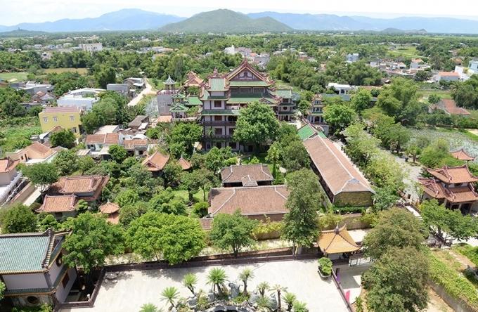 Chùa Thiên Hưng tọa lạc tại thị trấn Đập Đá trên QL 1A, phường Nhơn Hưng, thị xã An Nhơn, Bình Định không chỉ là địa điểm lễ Phật của các Phật tử mà còn là nơi vãng cảnh của du khách thập phương. Điểm đặc biệt là dù nằm ở vùng đất nắng nóng nhưng nhờ được cây xanh bao phủ mà nơi đây rất mát mẻ, thanh bình