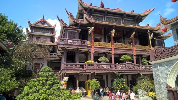 Được xây theo phong cách hiện đại, không khí trang nghiêm, đồng thời là nơi lưu giữ Ngọc Xá Lợi của Phật Tổ Thích Ca Mâu Ni nên dù chùa còn đang trong quá trình xây dựng vẫn luôn đông khách viếng thăm, nhất là dịp đầu xuân, lễ rằm.