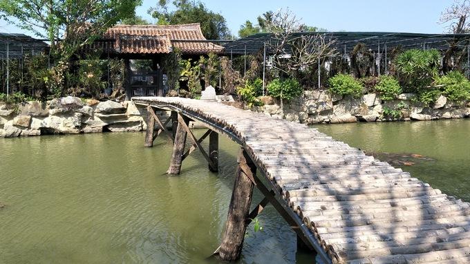 Xung quanh chùa có hào nước bao bọc khiến cho không khí mát mẻ dù là mùa nắng nóng. Chiếc cầu tre mộc mạc, không có thanh vịn bắt ngang mang bóng dáng của làng quê thanh bình là điểm chụp ảnh yêu thích của nhiều người.