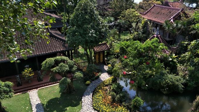 Nhìn vườn Thượng Uyển từ trên cao, cây cảnh cắt tỉa gọn gàng, những chậu hoa lan được chăm chút kỹ lưỡng, cảnh quan đẹp tạo cảm giác thoải mái khi đi dạo.