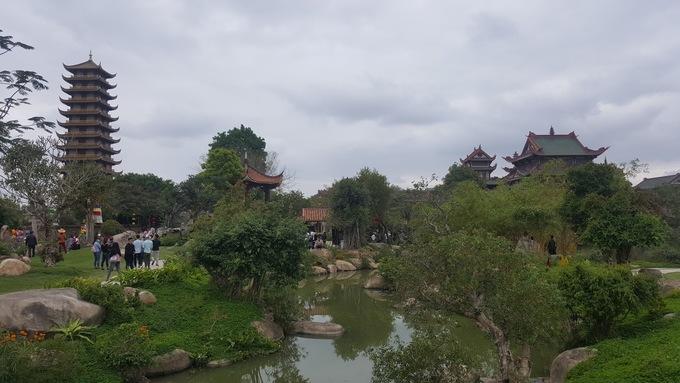 Tòa tháp chuông 12 tầng vừa được hoàn thiện nằm gần những cây cổ thụ hàng trăm năm tuổi thu hút sự chú ý của nhiều người. Ở đây đẹp nhất là mùa lúa chín vàng ngay trước cổng chùa.