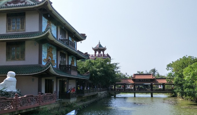 Khuôn viên chùa chia làm nhiều khu, có nhiều chòi nghỉ ngơi lợp mái ngói mát mẻ dành cho các Phật tử. Đến mùa sen, hào nước quanh chùa nở đầy hoa sen hồng.