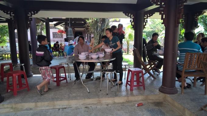 Khách vãng lai dừng chân ở chùa vào giờ cơm sẽ được dùng cơm chay miễn phí trong không gian thân thiện, vui vẻ. Khách tự phục vụ và dọn dẹp sau khi ăn để giữ gìn vệ sinh.