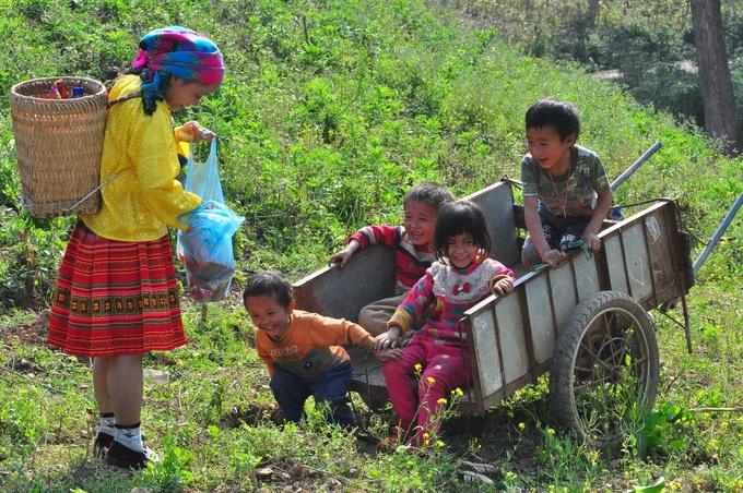 Trong làng, phụ nữ dệt vải để làm quần áo. Trẻ em vô tư chơi đùa, chỉ cần cho kẹo bánh là chúng tíu tít, khuôn mặt đứa nào đứa nấy cười đùa như trẩy hội.
