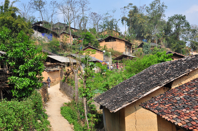 Làng Thiên Hương là làng cổ, nơi cư ngụ của đồng bào dân tộc Tày. Họ sống bằng nghề nông nghiệp và làm rượu.  Di chuyển sâu vào bên trong làng, bạn sẽ được nhìn thấy những mái nhà cổ kính hơn 100 năm. Mỗi ngôi nhà được xây dựng theo kiểu kiến trúc cổ xưa, mái ngói âm dương bao bọc, tường xây bằng đất. Nha gồm 2 gian, gian ở trên để đồ đạc, còn gian ở dưới để nấu ăn và sinh hoạt.