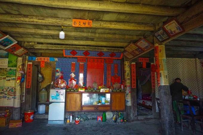 Điểm nổi bật nhất bên trong ngôi nhà của người Tày chính là chiếc bàn thờ. Bàn thờ được bố trí rất trịnh trọng, hai bên là những dòng câu đối. Trước cửa nhà, người ta sẽ đeo 3 lá bùa để chống tà ma, quỷ dữ.