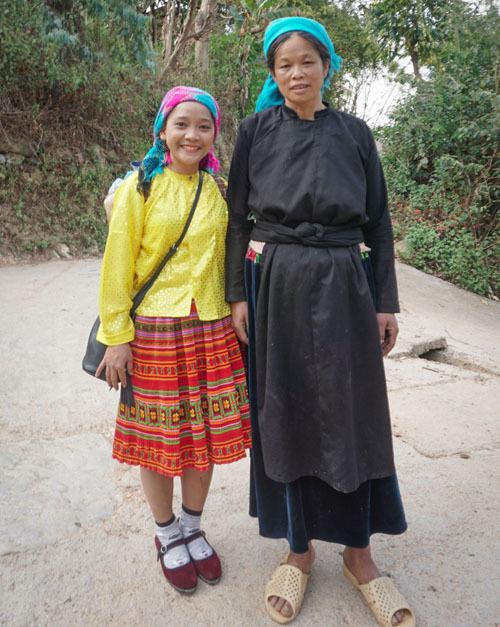 Phụ nữ trong làng vẫn mặc những bộ áo dài truyền thống màu đen có quấn khăn trên đầu khi đi làm. Đàn ông cũng mặc trang phục màu đen giống như đàn ông Mông để sinh hoạt.