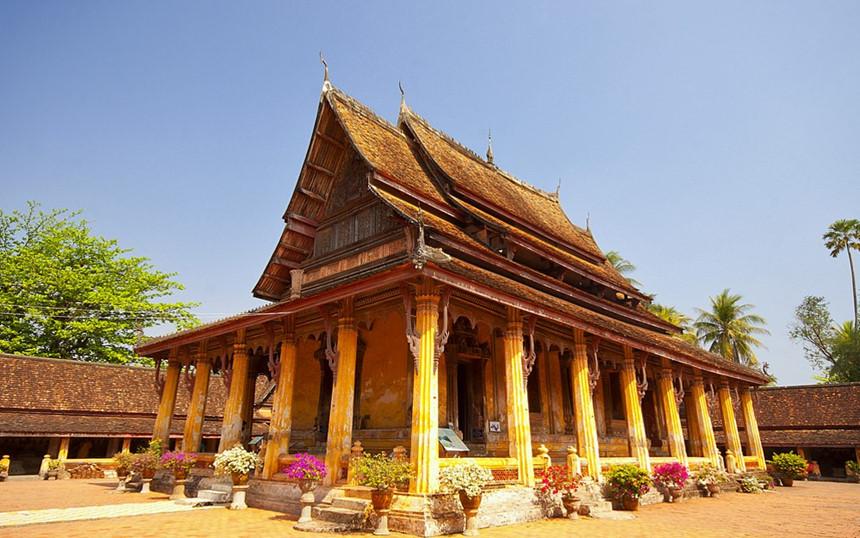 Wat Sisaket: Wat Sisaket là ngôi chùa cổ nhất ở Viêng Chăn, được vua Phothisararat xây dựng lần đầu vào năm 1551 sau đó được vua Anouvong xây dựng lại vào năm 1818. Thiết kế của chùa chịu ảnh hưởng của kiến trúc Thái Lan với phần mái 5 tầng tạo nên sự khác biệt với các đền thờ khác của Lào. Bên cạnh đó, ngôi chùa này còn được coi là một bảo tàng với hơn 6.800 tượng Phật và hàng nghìn cuốn sách. Du khách đến thăm Wat Sisaket cần lưu ý mặc quần áo kín đáo và để dép bên ngoài trước khi bước vào chùa. Ảnh: Visitlaos.