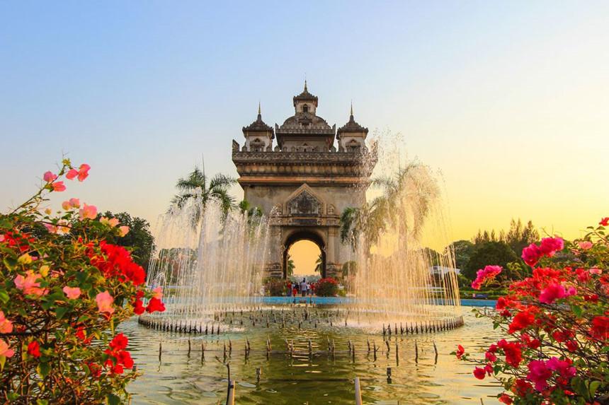 Patuxai: Patuxai là tượng đài được xây dựng vào những năm 1960 để tưởng niệm những người đã hy sinh trong cuộc kháng chiến chống Pháp tại Lào, nằm ở trung tâm Viêng Chăn, cuối đại lộ Lan Xang do Pháp xây dựng. Patuxai cao 55 m, có 4 mặt, mỗi mặt có bề ngang rộng 24 m, gồm 7 tầng tháp và 2 tầng phụ. Patuxai được xây dựng mô phỏng theo kiến trúc của Khải Hoàn Môn ở Paris, kết hợp cùng các chi tiết trang trí mang đậm phong cách văn hóa Lào. Ảnh: Tripsavvy.