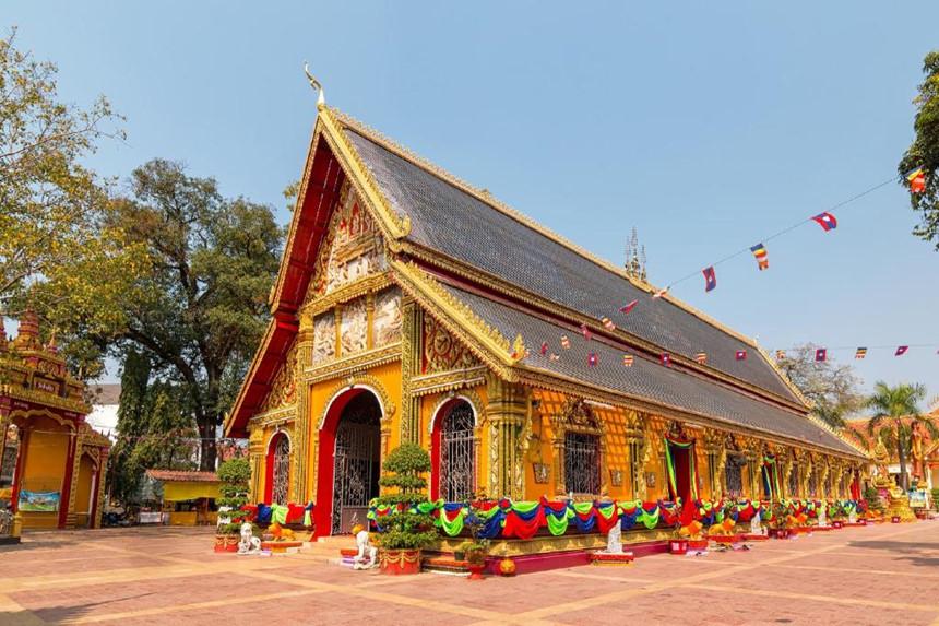 Wat Si Muang: Wat Si Muang được xây dựng năm 1566 và là ngôi chùa linh thiêng nhất tại thủ đô Viêng Chăn. Nơi đây gắn với truyền thuyết về người phụ nữ trẻ đang mang thai đã tình nguyện hi sinh thân mình để xoa dịu sự giận dữ của thần linh khi ngôi chùa được xây dựng. Ngày nay, Wat Si Muang được coi là linh hồn của thành phố và là nơi người dân thường đến để cầu bình an, may mắn. Ảnh: Agoda.