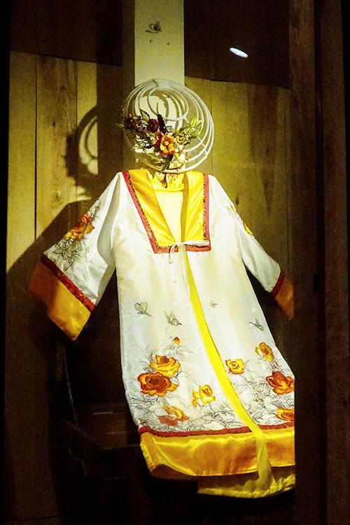 Ngoài tranh thêu, những bộ váy áo thời xưa cũng được trưng bày. Nếu là lần đầu tiên nhìn thấy, bạn sẽ bị ấn tượng bởi những hoạ tiết hoa văn tinh xảo.