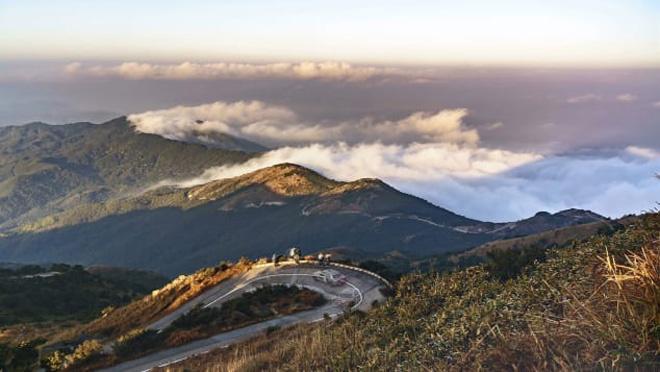 Đầu năm du khách đến Hong Kong hãy trải nghiệm leo lên Đại Mạo, đỉnh núi cao nhất Hong Kong (957 m). Từ trên núi có thể phóng tầm mắt để thấy một Hong Kong ẩn hiện giữa những biển mây.