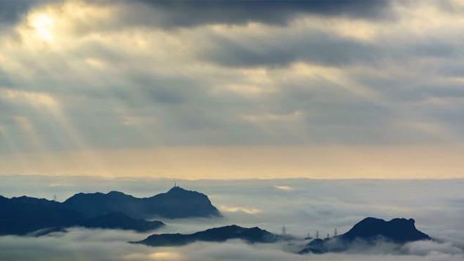 """CNN Travel dẫn lời nhiếp ảnh gia Will Cho chia sẻ: """"Lần đầu tiên tôi thấy một biển mây vờn quanh đỉnh Đại Mạo vào năm 2012, toàn thân tôi choáng váng"""". Nhờ độ cao mà đỉnh Đại Mạo trở thành địa điểm ẩm ướt nhất ở Hong Kong. Nơi đây cũng nổi tiếng với góc nhìn xuống bao quát thành phố nhưng luôn có mây và sương mù bao phủ, và cũng rất tuyệt nếu ngắm được hoàng hôn. Đây thực sự là một điểm đến """"đáng mơ ước"""" của các nhiếp ảnh gia."""